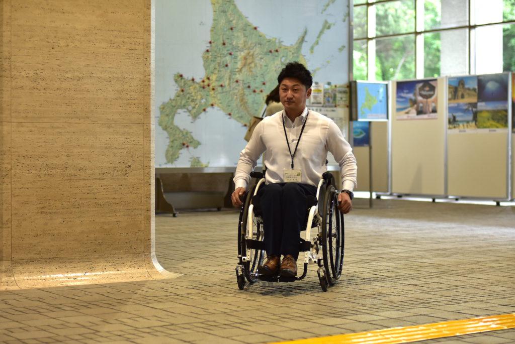 車椅子に乗る戸田さん